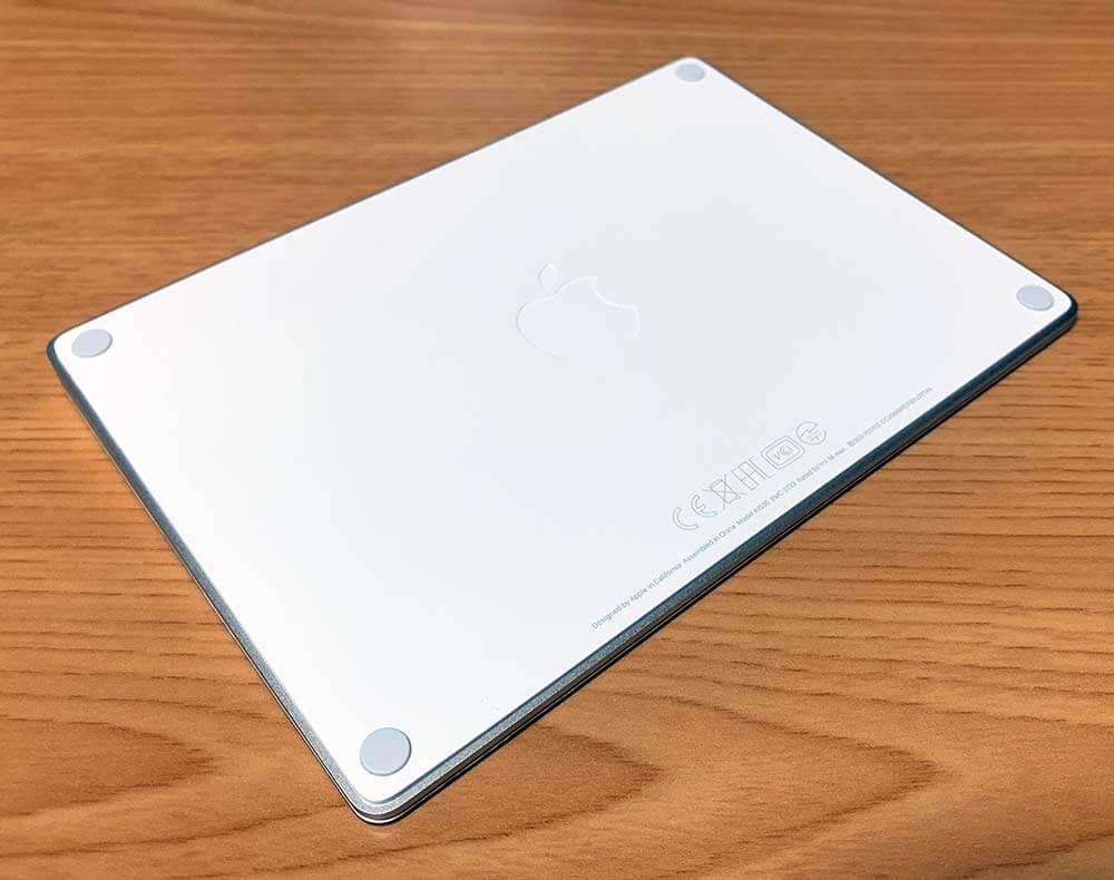 Magic Trackpad 2の裏面にうっすらとAppleマーク